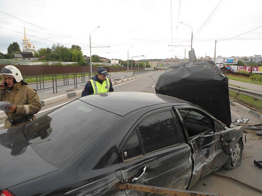 """В Калуге на улице Шоссейная """"форд"""" врезался в парапет"""