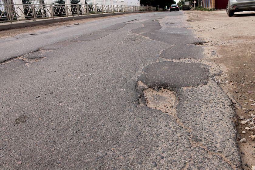 """В Обнинске ждут ремонта дороги на Борисоглебской. А пока приходится выезжать на """"встречку"""""""