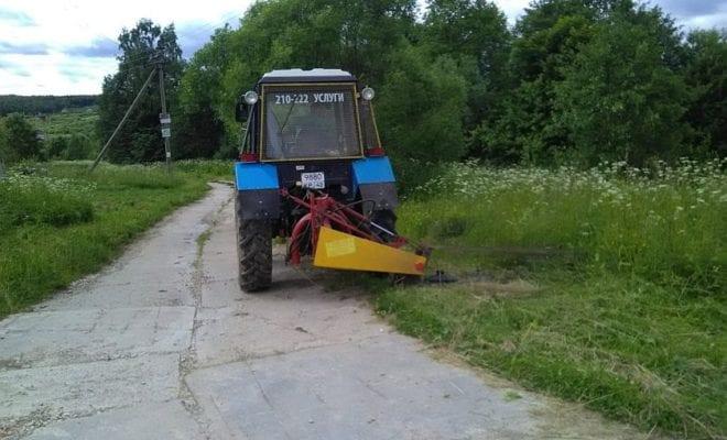 Трактор косит траву