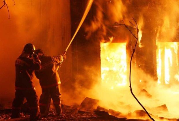 Тушат пожар