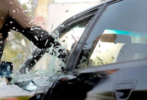 Разбил стекло автомобиля