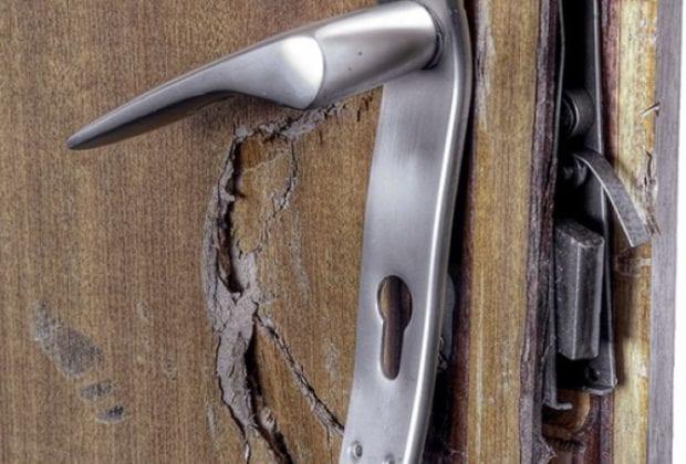 взломали дверь