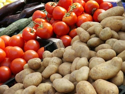 Овощи картошка и помидоры