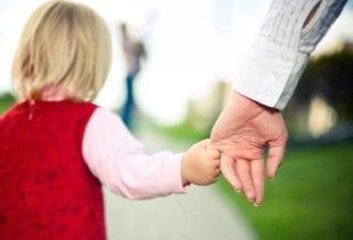 Ребенок идет за руку
