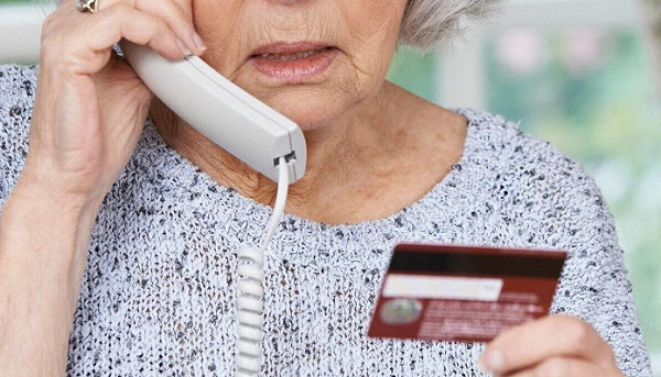 Пенсионерка в телефоном и картой