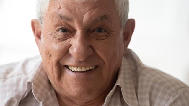 Улыбается пенсионер