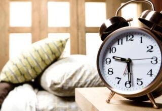 Кровать и часы