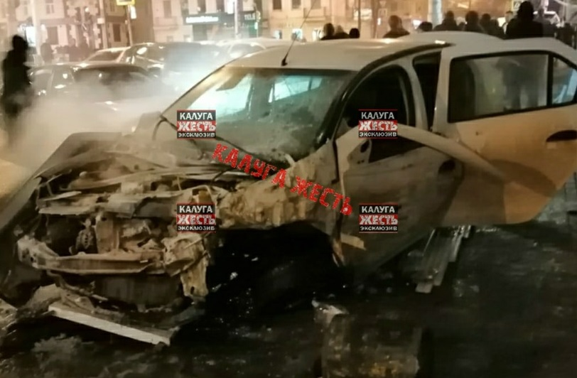 В Калуге две иномарки вылетели на тротуар после ДТП на улице Кирова