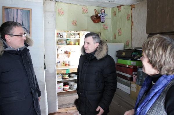 Градоначальник Калуги поздравил жительницу аварийного дома с новосельем