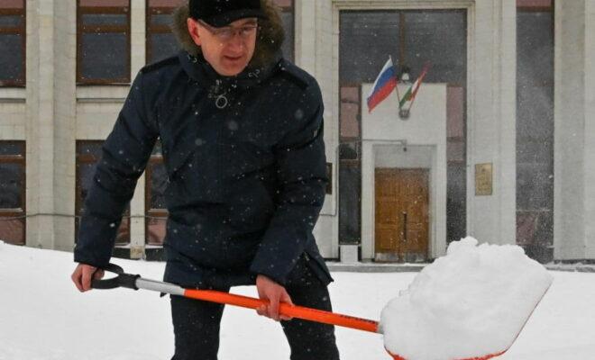 губернатор с лопатой