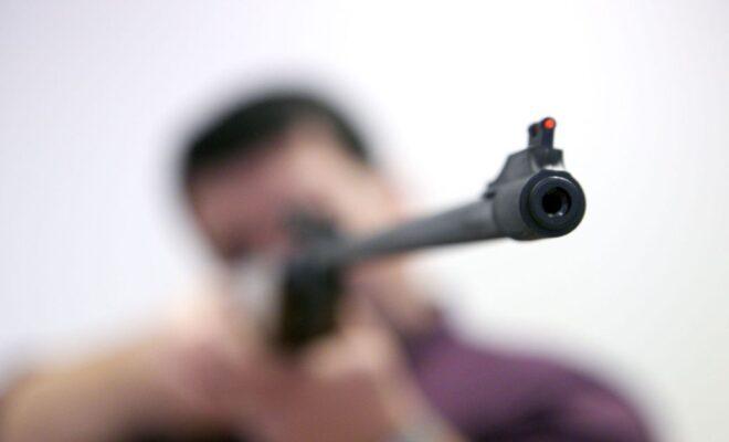 стрелял