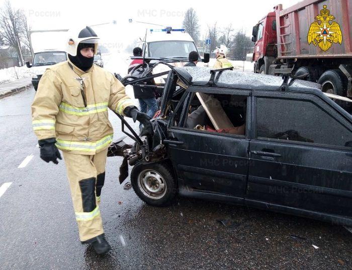 Водитель легковушки пострадал при столкновении с двумя грузовиками в Жуковском районе