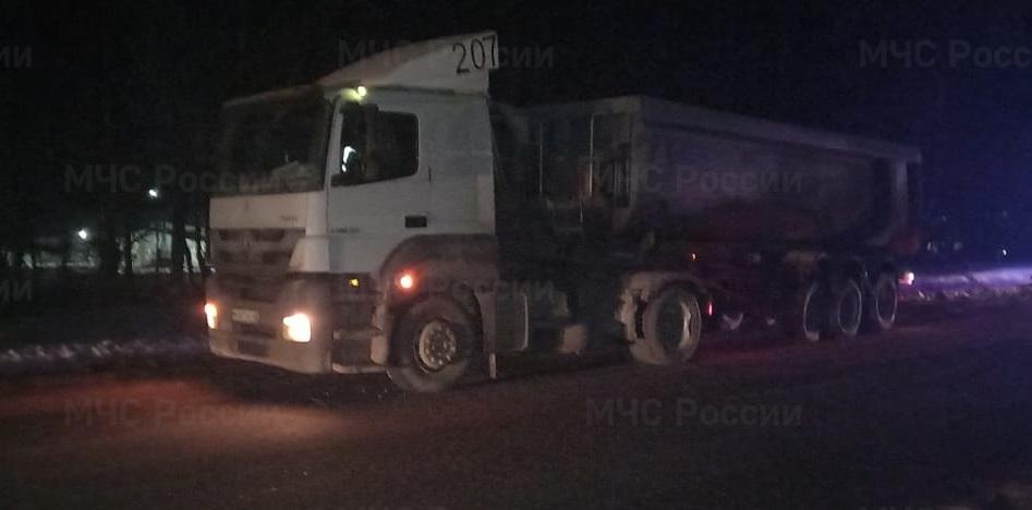 Водитель легковушки пострадал при столкновении с грузовиком в Калужской области