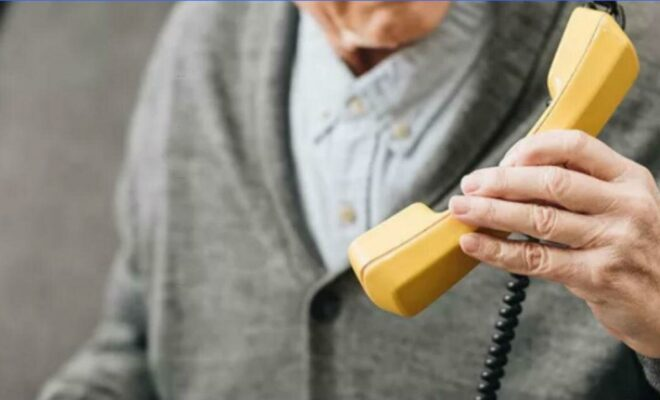 Пенсионер с телефоном