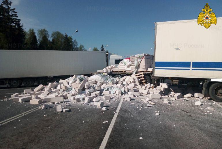 В Калужской области жестко столкнулись два грузовика
