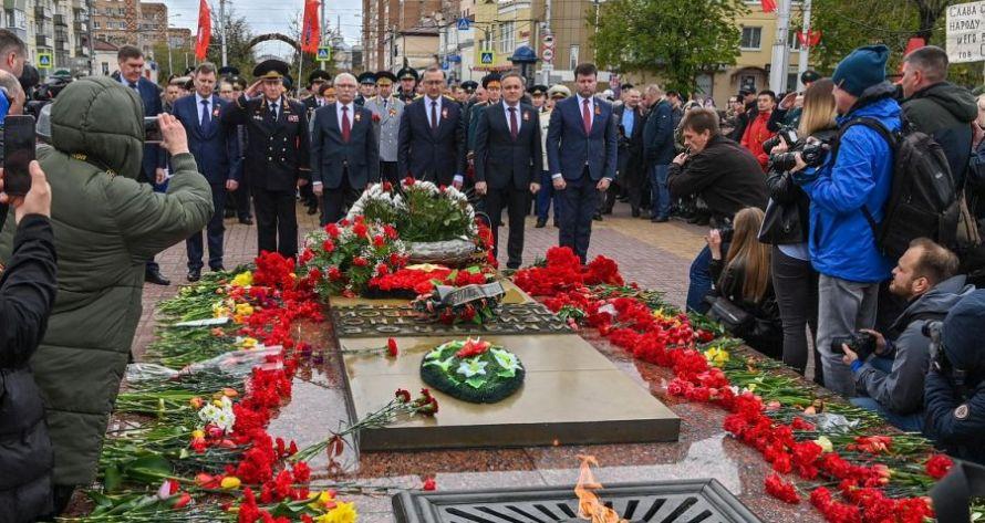 В Калуге на площади Победы прошла церемония возложения венков к Вечному Огню