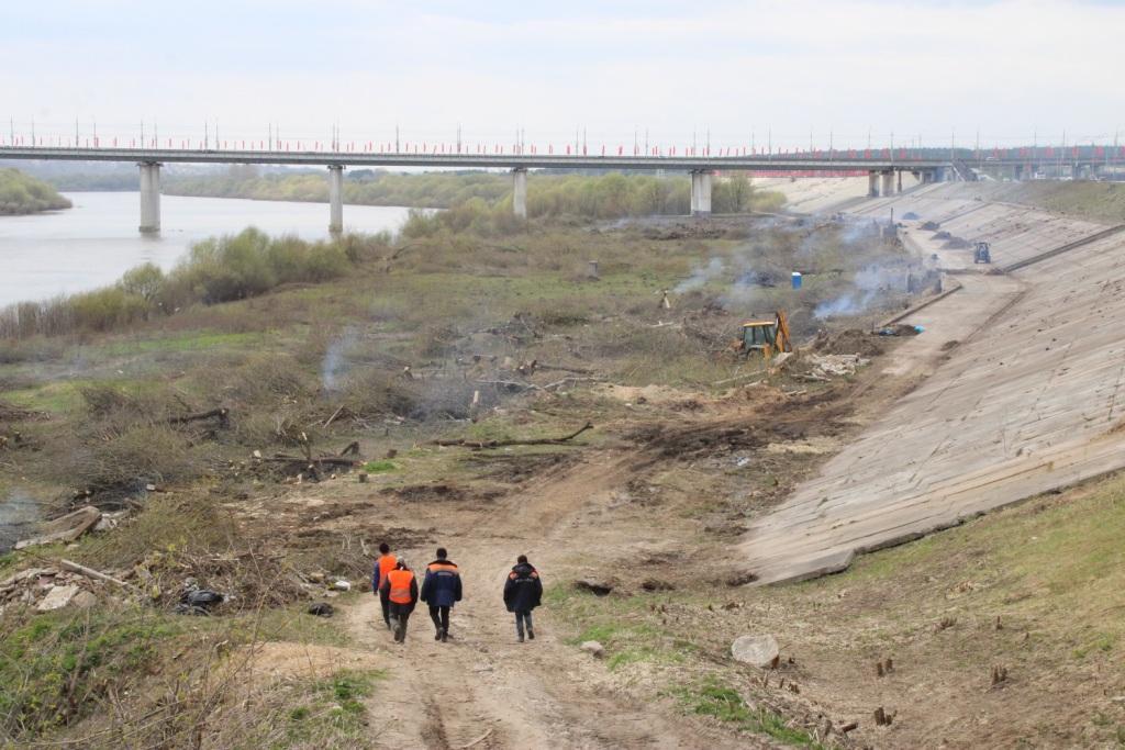 В Калуге набережную Оки от кустарников расчищали 300 человек