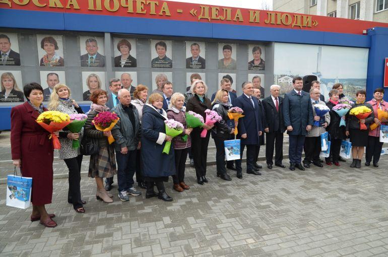 """В Калуге 1 мая открыли обновленную Доску Почета """"Дела и люди"""""""