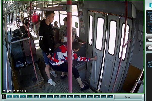 хулиганы в троллейбусе