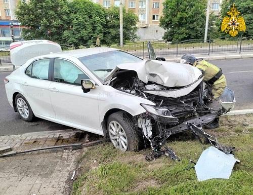 На Гагарина в Калуге «Тойота» врезалась в световую опору