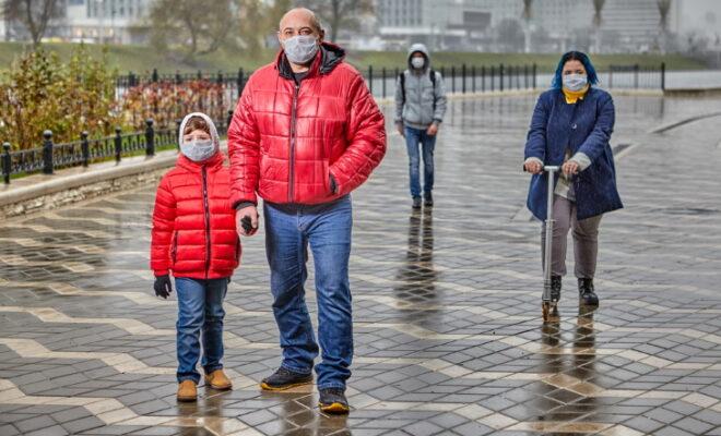 На улице в масках