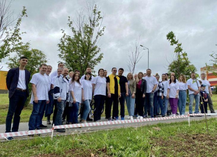 Сотрудники Калужского отделения Сбербанка посадили кленовую аллею в рамках экологической акции Зеленого Марафона