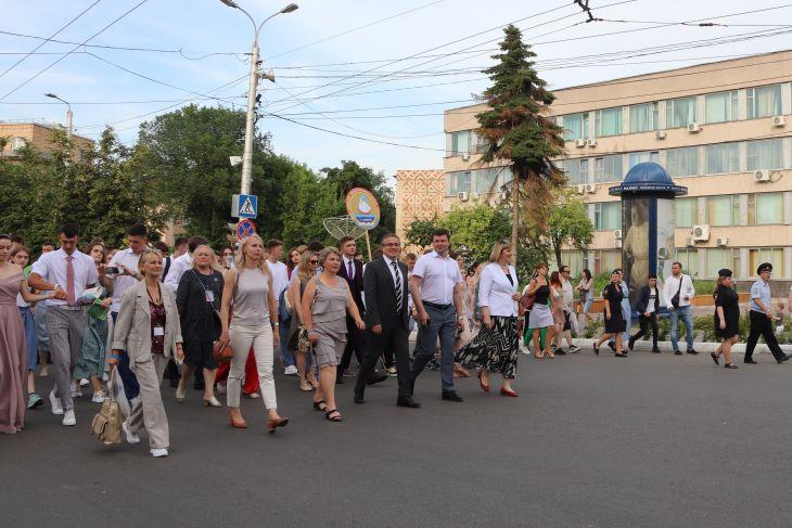 Глава самоуправления Калуги поздравил выпускников с праздником