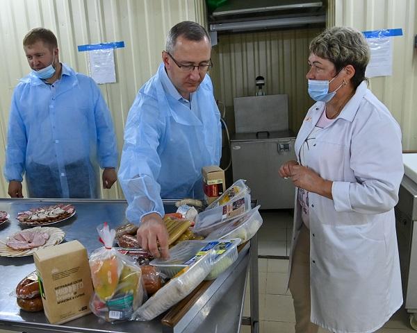 Глава региона на Думиничском мясокомбинате отведал продукты здорового питания