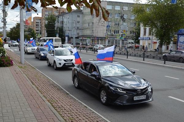 Калуга отметила День Государственного флага автопробегом и флэш-мобом