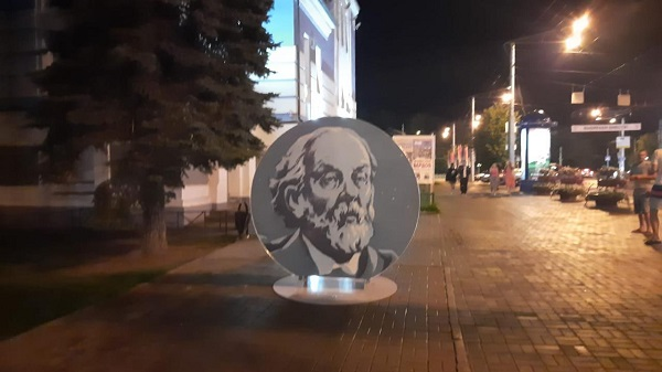 В юбилейной Калуге появился светящийся Циолковский