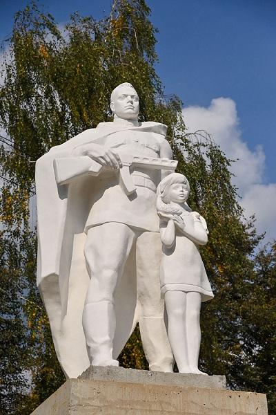 В Кондрово памятник «Воину-освободителю» занял почётное место у школы