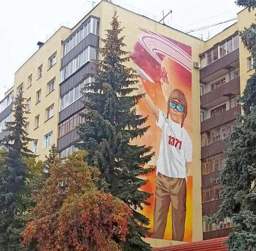 В центре Калуги на фасаде дома создали панно с портретом Циолковского