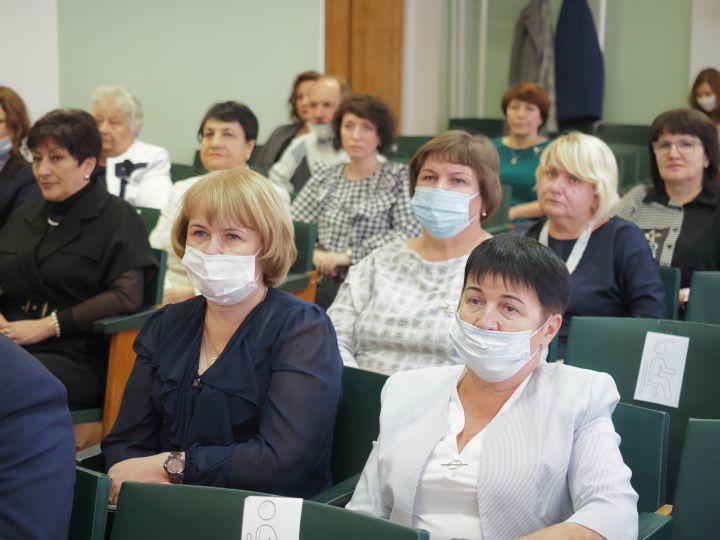 Лучшие педагоги Калужской области получили ведомственные награды и Почетные грамоты