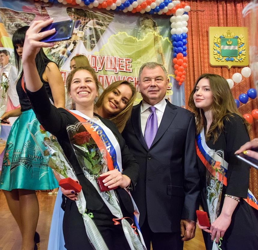 «Один из десяти»: губернатор вручил золотые медали выпускникам