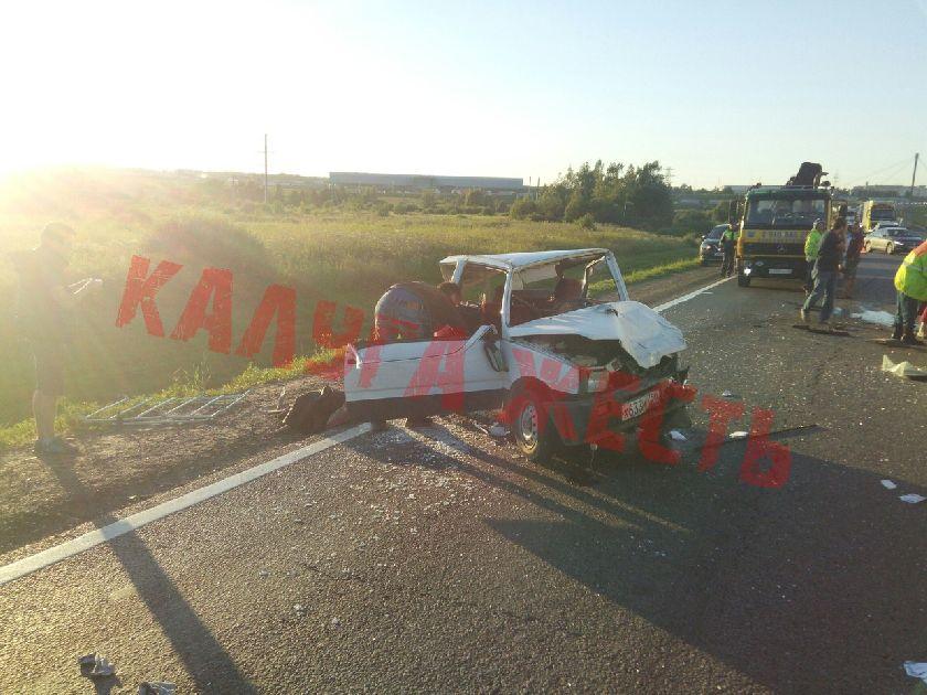 """На Киевской трассе в аварии сплющило """"Оку"""""""