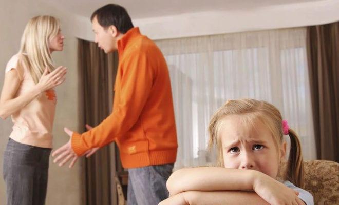 Отец изверг бьет дочь