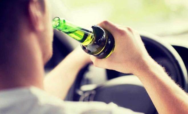 Водитель пьет за рулем
