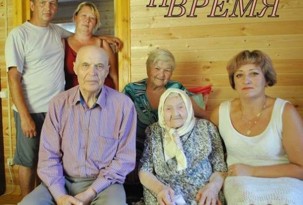 Долгожительница с семьей