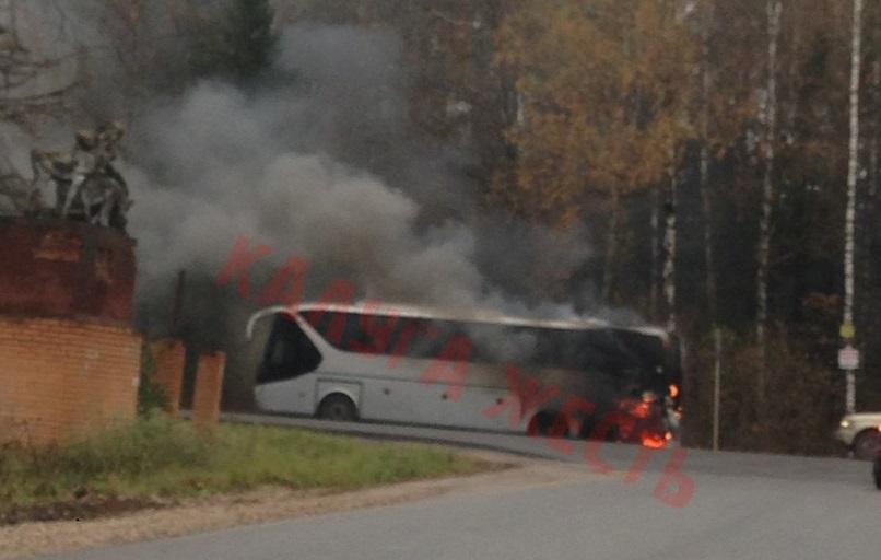 Натрассе Калуга-Медынь зажегся экскурсионный автобус сошкольниками