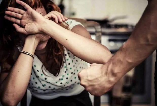 Бьет женщину