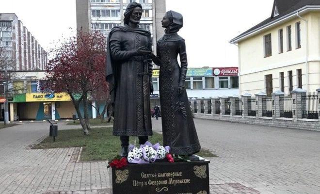 Монумент Петру иФевронии торжественно открыли вОбнинске