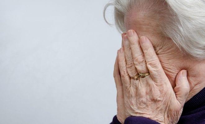 бабушка плачет