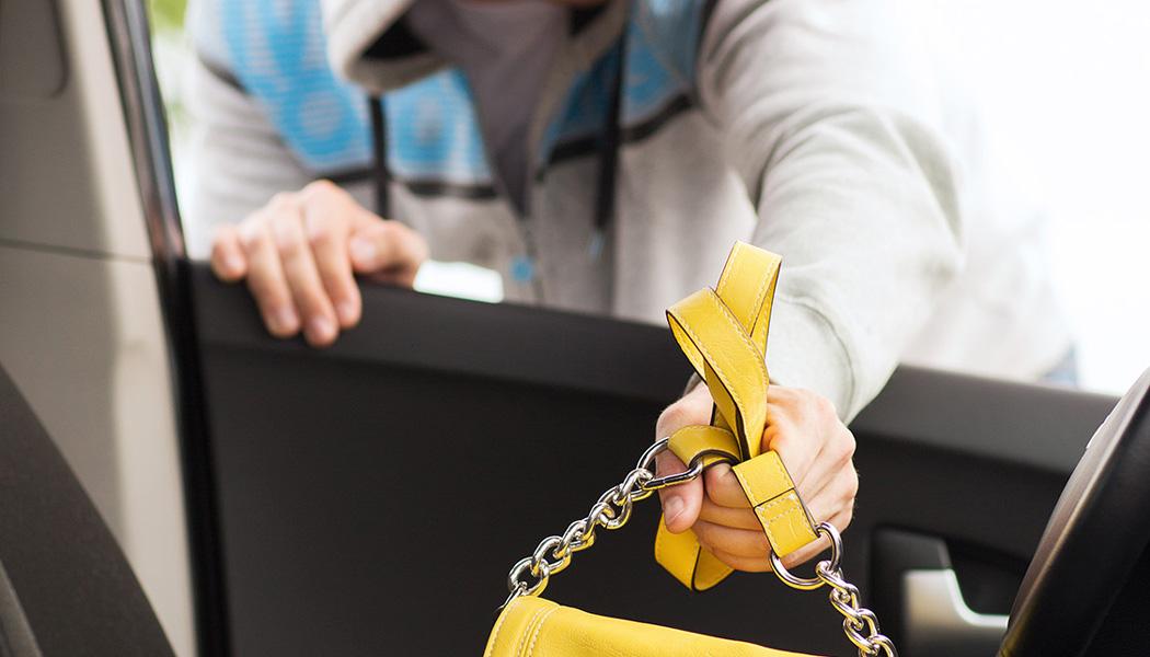 Курянин хотел вернуть за вознаграждение телефон, который сам же и украл