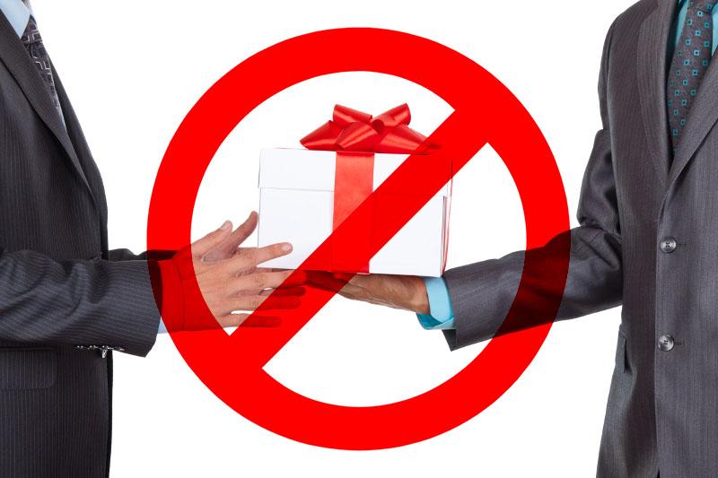 Учителям запрещено принимать подарки 23