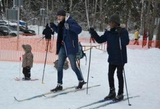 студенты на лыжах