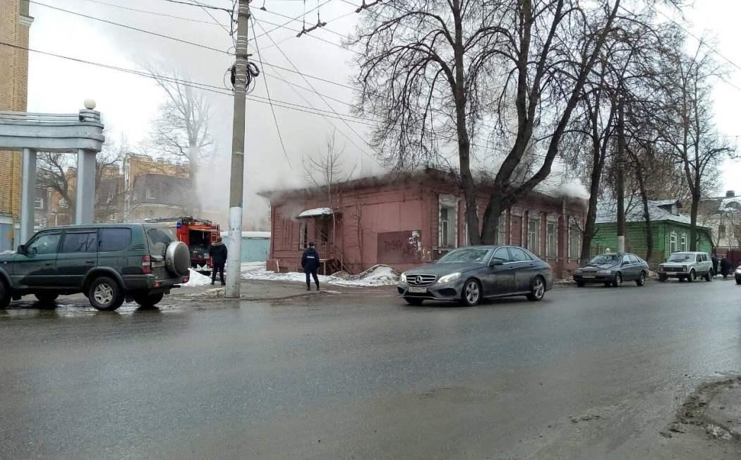 В Калуге на Королёва горел старый дом
