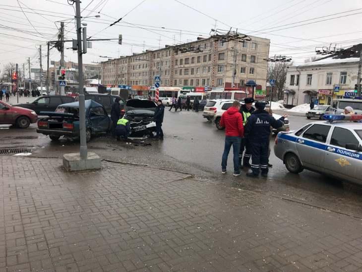 """В центре Калуги жёстко столкнулись """"Жигули"""" и иномарка (видео)"""