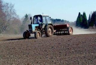 Трактор пашет
