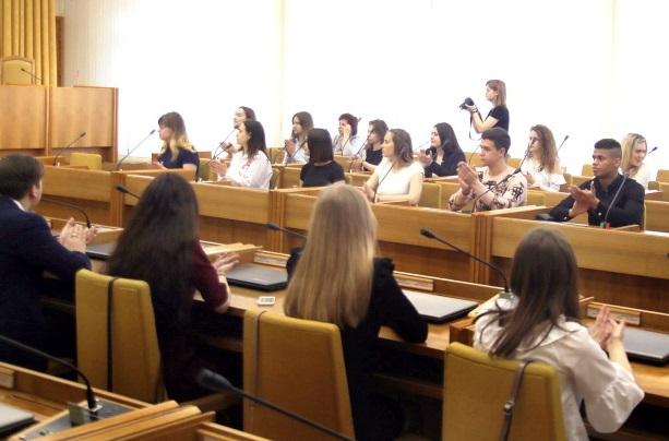 Студенты в депутатских креслах