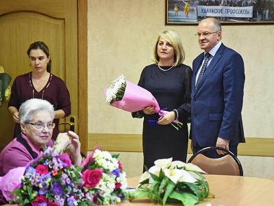 Аникеев награждает учителей